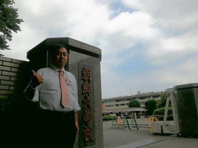 朝鮮大学校を視察する鈴木信行