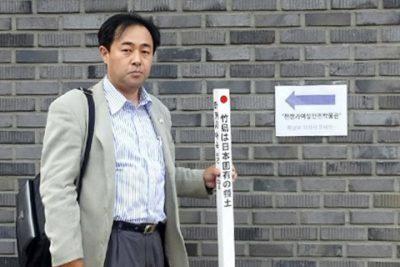 博物館の外壁沿いの道路に一本目の「竹島の碑」を建立した。
