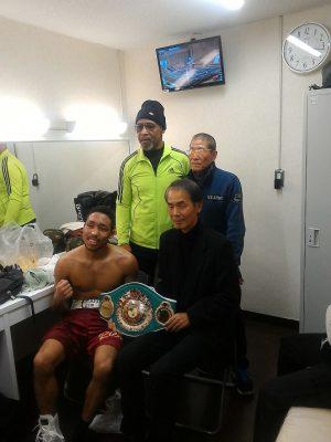 試合後、控室でインタビューを終えた内藤親子と沢木耕太郎氏は写真を撮った。