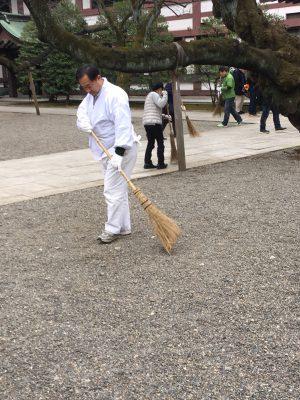本殿の周りをほうきと塵取りを持ってリヤカーを引きながら履いて一周