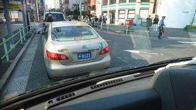 ちょうど中共大使館手前の阻止線の前に中共の車両が居たので追いかけまわして抗議