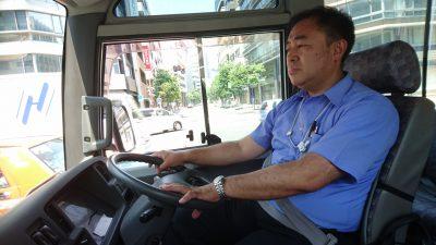鈴木信行はスタッフに徹して先導車の運転手を務めた。